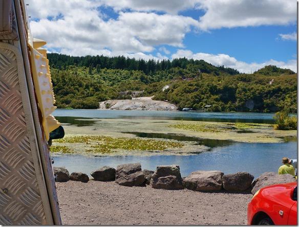 1319 nach einer Nacht auf dem Super Campingplatz DeBretts LakeTaupo, mit heisser Badequelle besuchen wir noch die Geisire von Orakei Korako