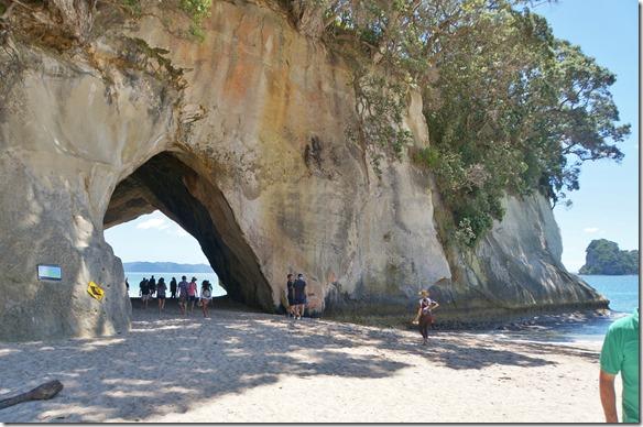 2030 auf einer Seite liegt die Cathedral Cove, ein vom Meer ausgewaschener Steinbogen