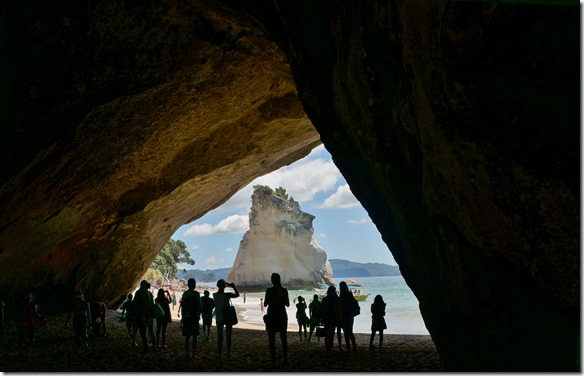 2031 beim Durchblick sieht man auf der andern Seite ein ebenso markanter Felsen im Meer