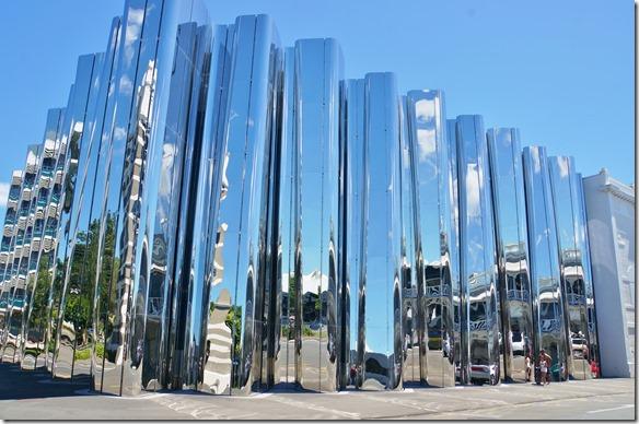 2075 die ganze Stadt mit 56'000 Einwohnern ist sehr künstlerisch ausgestaltet = hier Die Aussenwand einer Kunstgallerie