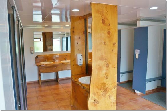 2148 die Toiletten und ander Einrichtungen sind alle aus massivem lokalem Holz gebaut = sieht sehr schön aus und ist auch sehr angenehm zum benutzen