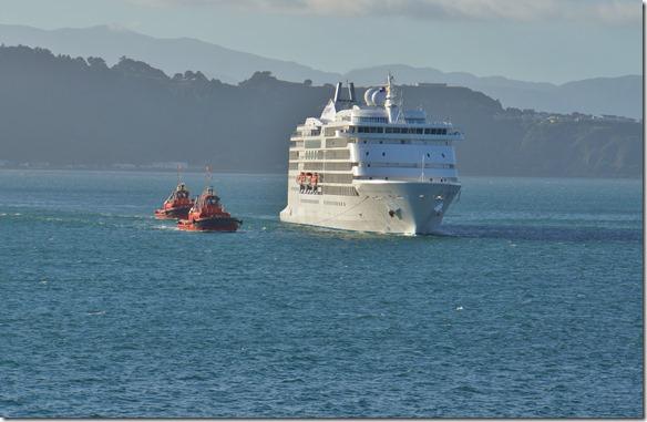 2181 hier wird ein Luxusdampfer in den Hafen geleitet