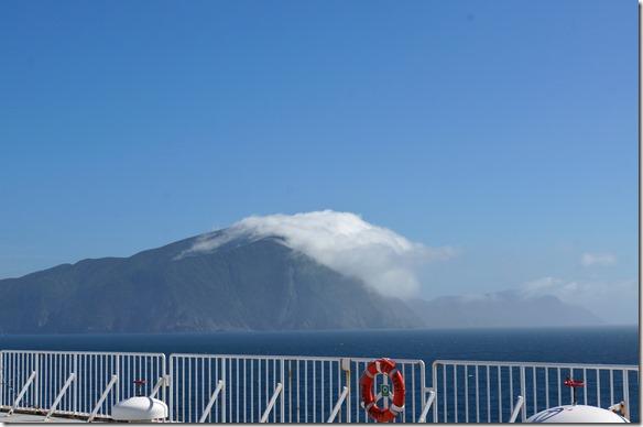2191 der Berg hat eine Wolkenwalze wie wir sie aus der Schweiz kennen am Gotthard bei Föhn