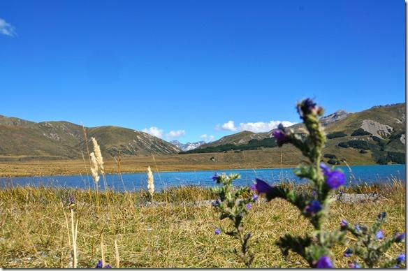 2230 vorne der blaue See uns als Hintergrund die höheren Berge mit Schneeresten
