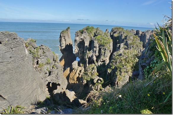 2250 die Küste ist sehr ausgewaschen, denn das ganze Gestein ist wie ganz Neuseeland nicht alt in der ganzen Erdgeschichte gesehen