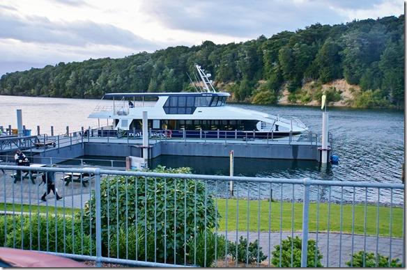2356 wir machen einen Tagesausflug in den Doubtful Sound, ein Fijord am südlichen Ende von Neuseelands = hier ist das Schiff, das uns über den Lake Manapouri
