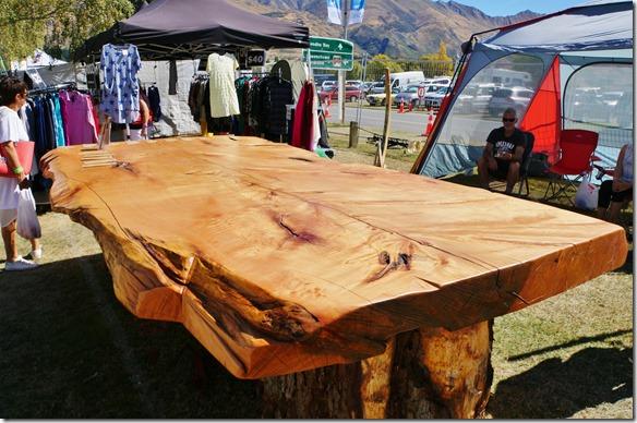 2444dieser Tisch hat ein Blatt aus einem Stück eines Riesenbaumes geschnitten = Gewicht eine Tonnen, also zu viel als Reisegepäck im Flugzeug
