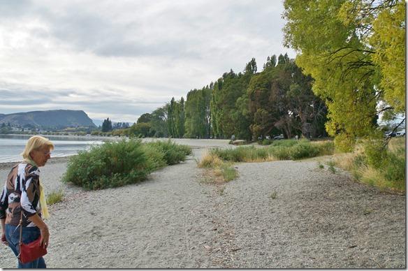 2452 der Strand des Lakes ist sehr steinig was aber nicht der Grund ist warum wir nicht ins Wasser gehen, sondern eher die Temperatur