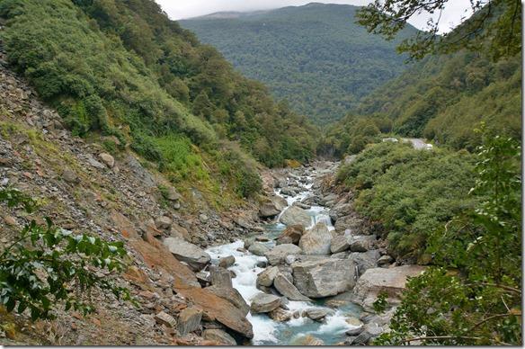 2454 viele tief eingeschnittene Täler gibt es hier an der Westküste = durch den häufigen Regen führen die Flüsse viel Wasser