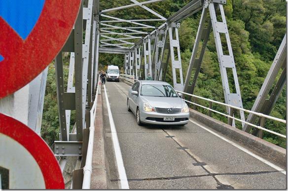 2455 der ganze Verkehr der Westküste muss über diese Einspurbrücke
