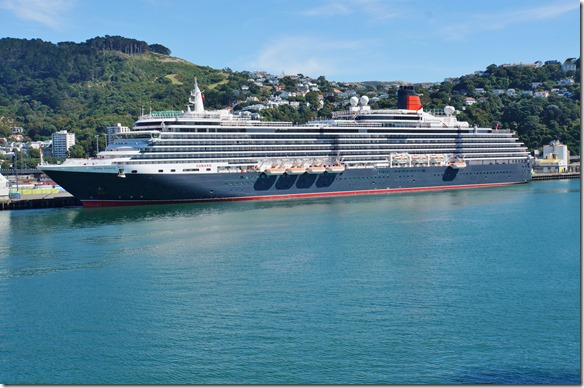 2516 nach einer ruhigen Überfahrt nach Wellington kommen wir neben der Queen Viktoria, ein Riesenkreuzfahrtschiff zu liegen