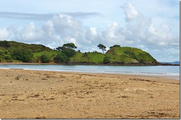 2575 mit den saftigen, grünen Wiesen dem blaugrünen Meer und den dunkleren Büschen gibt es sehr schöne Farbkompositionen