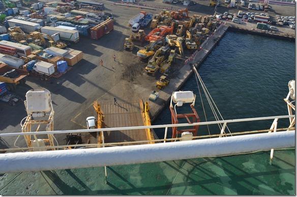 a1169 jetzt werden auch die im Schiffsrumpf gestauten Altautos für Afrika ausgeladen