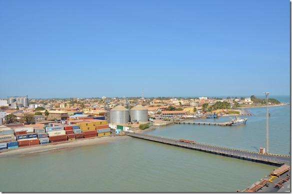 a1267 a die Zufahrt zu der Hafenmauer an welcher unser Schiff liegt