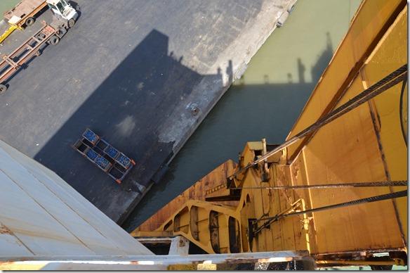 a1267 a3 diese gelbe Stahlgerüst wird nun ausgefahren und dient dann als brücke zur Einfahrt aufs Schiff