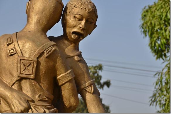 a1275 eine Statue des Nationalsports Ringen = ich glaube aber dem hier hat die letzte Stunde geschlagen auf jedenfall hängt schon die Zuge raus