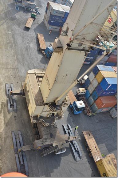 a1376 sofort nach den anlegen kam dieser Riesenkran angefahren um von unserem Schiff die Container zu löschen