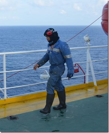 a1390 dies ist kein Marsmensch oder Tuaregg sondern ein Filippino der mit der Reinigung des Schiffes beschäfftigt ist