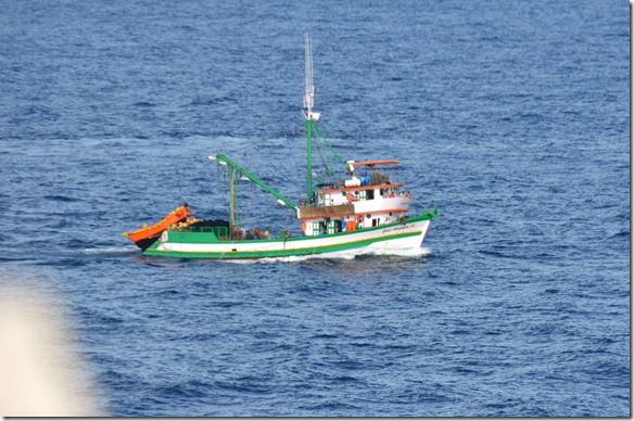 a1681 die ersten Fischerboote vor dem Hafen von Santos