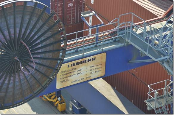a1711 und wieder ein Riesenkran der Liebherr entlät unsere Container doppelt so schnell wie die Bordkrane