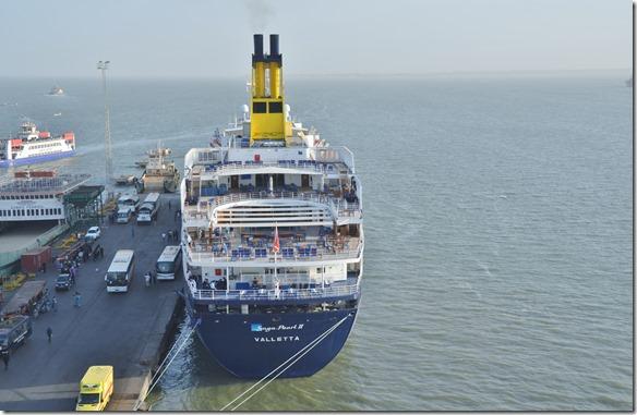 a1327 ein kleines Kreuzfahrtsschiff hat heute am leeren Hafenquai angelegt