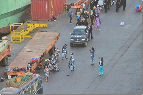 a1330 die Polizeiband von Banjul kam um ein Empfangsständchen zu bringen, ebenso wurden von verkleidedeten Eiheimischen Tänze aufgeführt