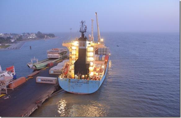 a1350 am nächsten Tag war ein Containerschiff an der Stelle des Kreuzfahrtschiffes