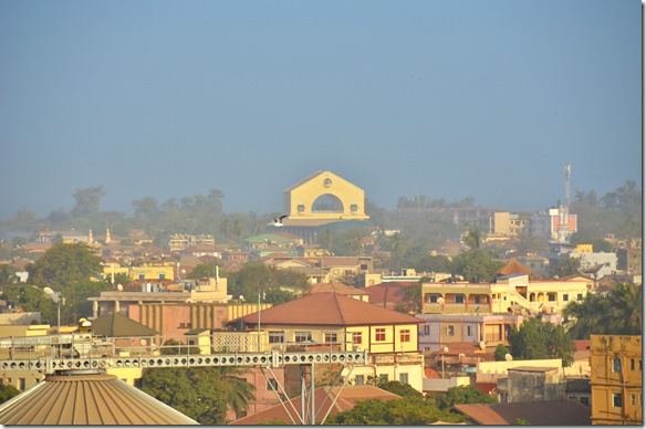 a1352 noch ein letzter Blick zurück nach Banjul's Nationalmonument bevor es für uns weiter nach Freetown geht
