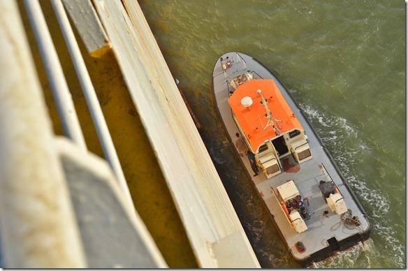 a1353 der Lotse wird in den nächsten Minuten vom Schiff gehen und wir sind dann wieder unter der Leitung unseres eigenen Kapitäns