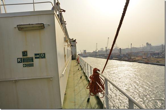 a1373 alle Passagiere sind an anlegen des Schiffes interessiert = passt es in der Länge oder hängt es noch in den neu zu bauenden Teil des Hafens