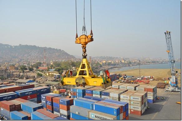 a1378 es scheint dass dieser Hafen besser organisiert ist als die letzten beiden in Dakkar und Banjul