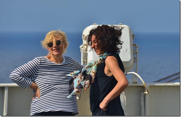 a1433 auch die beiden projektverantwortlichen Frauen stehen im starken Wind ausgesetzt und freuen sich, dass sie trotz allen zusätzlichen Stopps zur richtigen Zeit in Rio ankommen werden