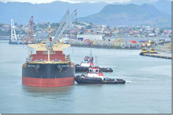 a1603 ein anderer Frachter wird ebenfalls in die entsprechende Lücke geschoben