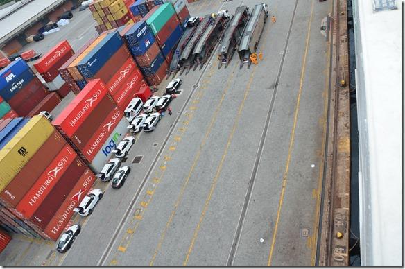 a1623 über die Rampe werden ca. 200 neue Autos (Porsches, Volvos, und andere Marken) ausgeladen und bereitgestellt für die Verladung auf Tieflader-LKW's