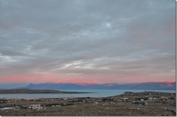 a2051 wir werden von einem Safaribus abgeholt und zu den Tores del Paine (die blauen Türme) in Chile gefahren
