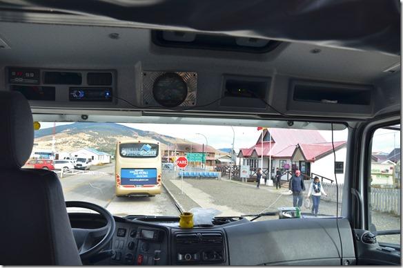 a2055 duechsicht durch die Fahrekabine auf den Grenzposten Chile