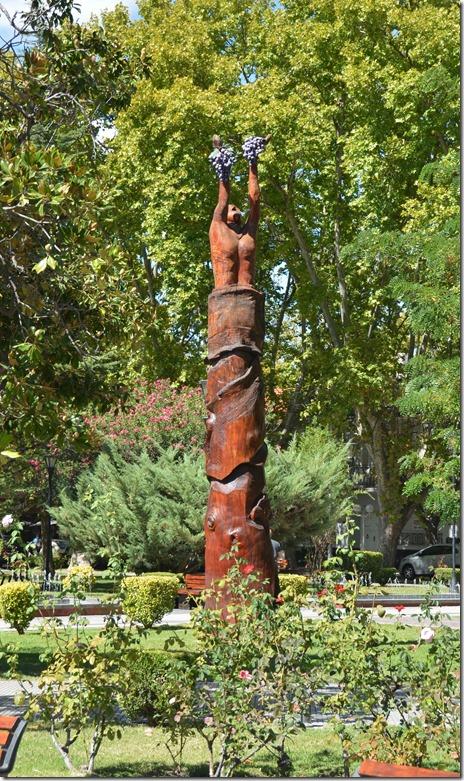 a2291 San Rafael und die ganze weite Region ist ein Weingebiet, darum steht auch Baccus als Symbol auf dieser Säule