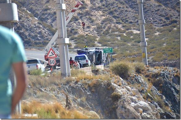 a2300 auf dem Weg nach Uspallata und dem Aconcagua stockte der Verkehr plötzlich = ein paar Fahrzeug vor uns liegt ein LKW auf der Seite