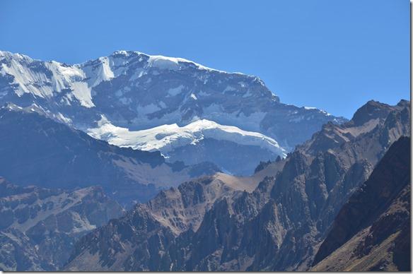 a2332 der Gletscherabbruch hat eine Höhe von 300 Metern und es brechen dauern Stücke mit viel Getöse ab und fallen in die Tiefe