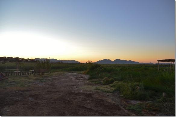 a2346 a der Sonnenaufgang -- wir sind früher als sonst augestanden. denn wir wollen ins Vallee Luna = man kann nur im geführten Convoi alle Stunden fahren