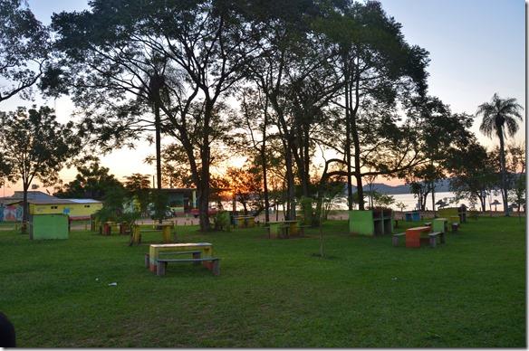a2481 ein Sonnenuntergang auf den am Grenzfluss liegenden Camping in San Ignazio