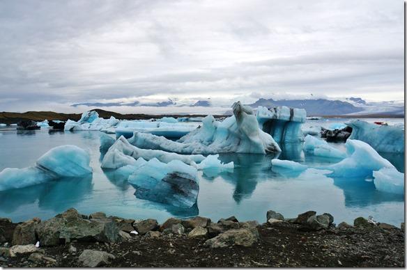 1952 wurderschöne Eisformationen und wenn man bedenkt, dass nur 10% aus dem Wasser schauen und der Rest ist unter Wasser kann man die Grösse erahnen