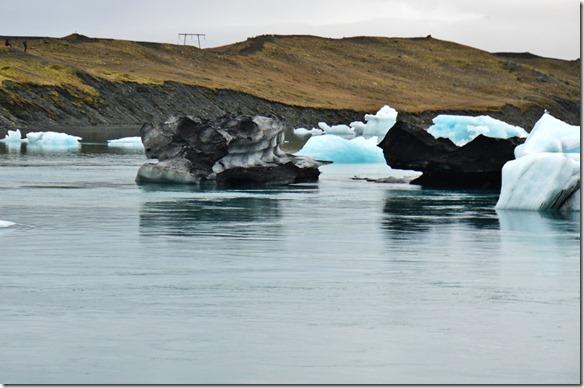 1956 die schwarzen Spuren im Eis sind vermutlich von lange vergangenen Vulkanausbrüchen