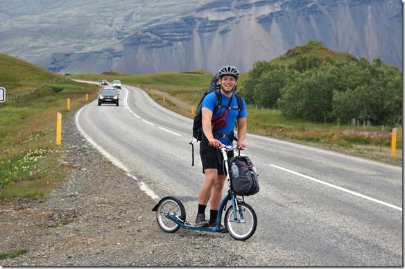 1961 ein Engländer der mit dem Trotinett ganz Island umrunden will. Im Moment hat er ca.ei viertel geschaft. Er macht ca. 70 km pro Tag