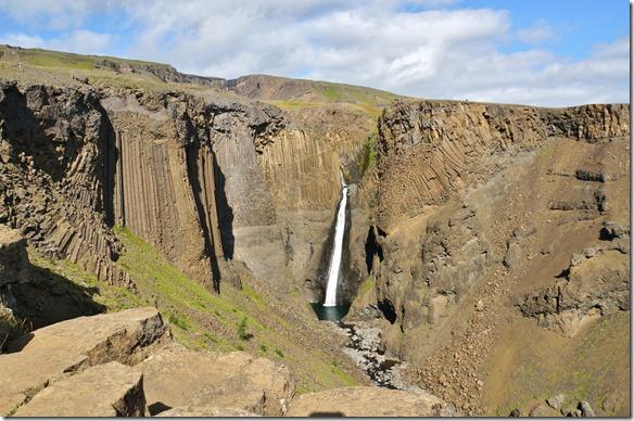 1981 ein Wasserfall umgeben von Basaltsäulen